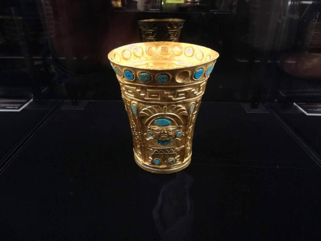 Zlatý rituální pohár zdobený kameny chryzokolu z období kultury Lambayeque / Sicán. Hmotnost 494 g. Pojár zapůjčilo Museo de Oro Lima. Foto: T. Stěhule