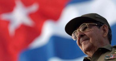 """""""Koupený"""" pilot a otrávené prášky: nově odtajněné důkazy atentátů na Fidela a Raúla Castra"""